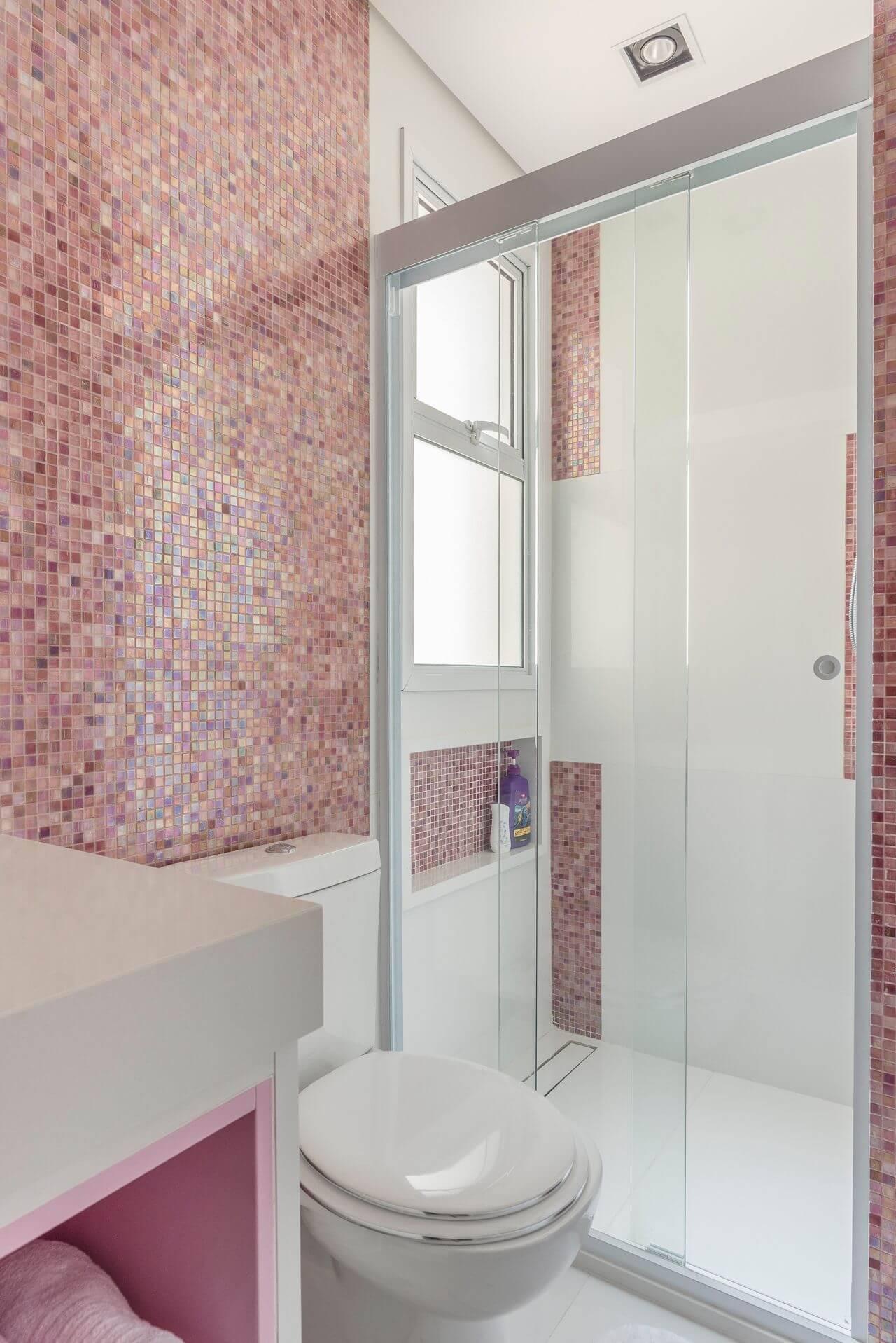 Decoração de banheiro com nicho embaixo da janela Projeto de Idealizzare Arq
