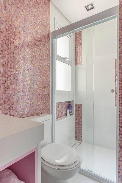 Decoração de banheiro com nicho embaixo da janela Projeto de Idealizzare Arquitetura