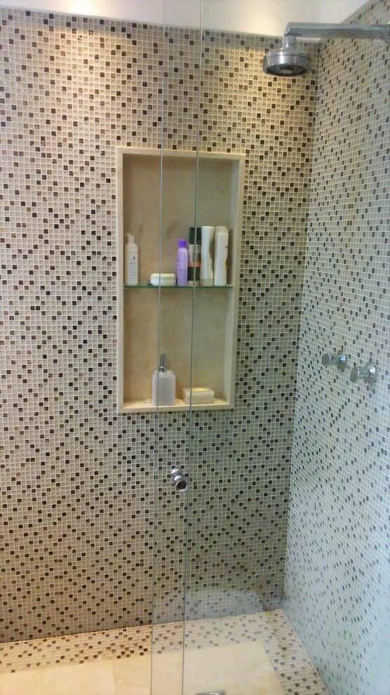 Decoração de banheiro com nicho embutido dentro do box Projeto de Caroline Guerra