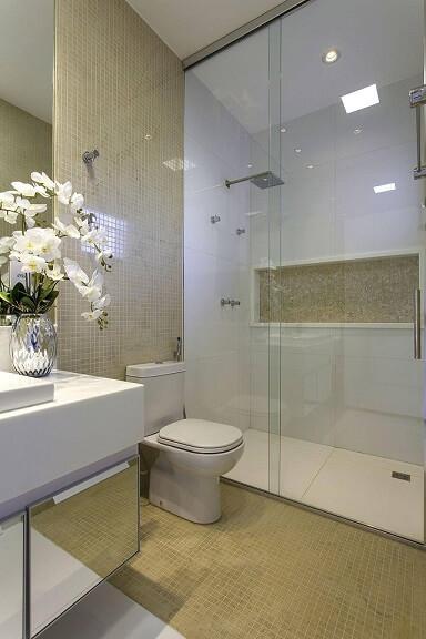 Decoração de banheiro com nicho gabinete espelhado e cores claras Projeto de Aquiles Nicolas Kílaris