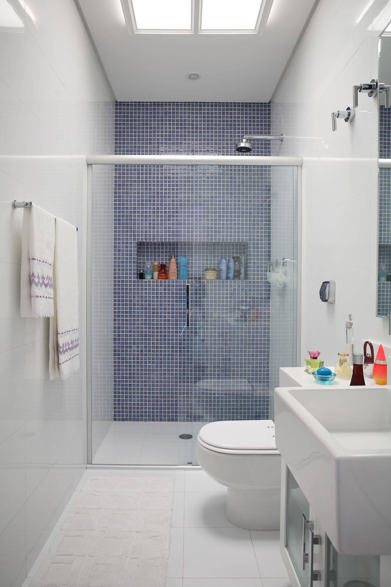 Decoração de banheiro com nicho no box, gabinete e espelho. Projeto de Claudia Arakaki