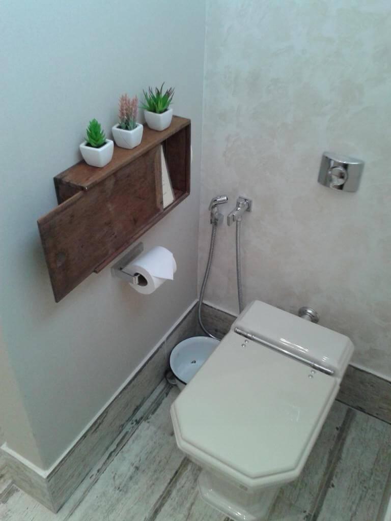 Decoração de banheiro com nicho pequeno com porta de correr Projeto de Daniela Sali