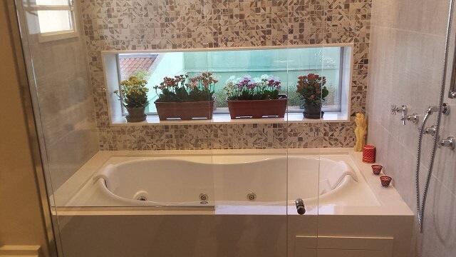 Decoração de banheiro com nicho usado para flores Projeto de Eloá Peetz Prado