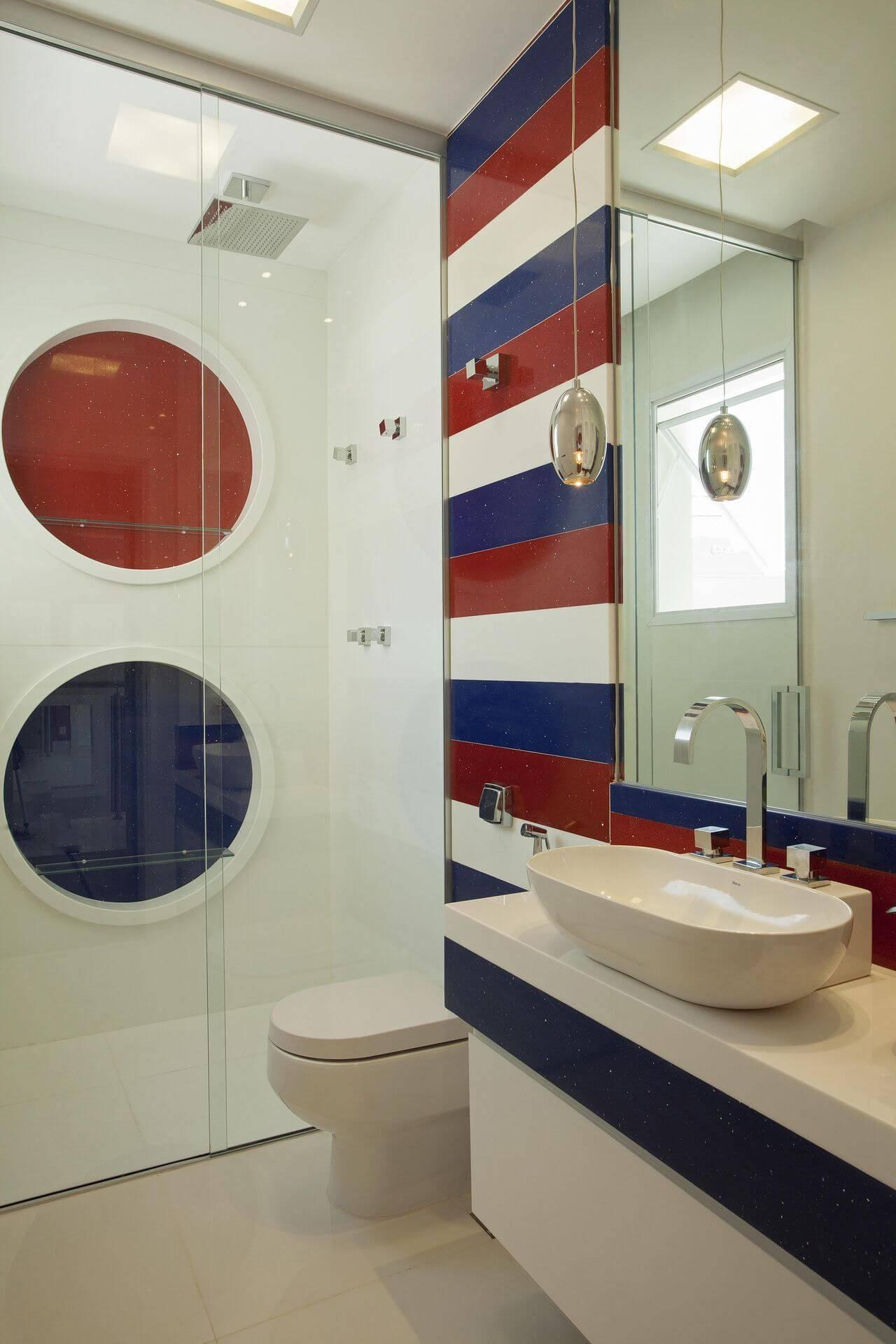 Decoração de banheiro com nichos redondos seguindo as cores usadas fora do box Projeto de Iara Kilaris