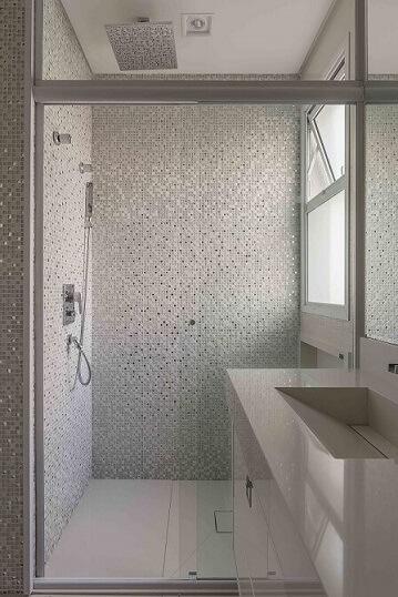 Decoração de banheiro com pastilhas gabinete e espelho grande Projeto de Idealizzare Arquitetura