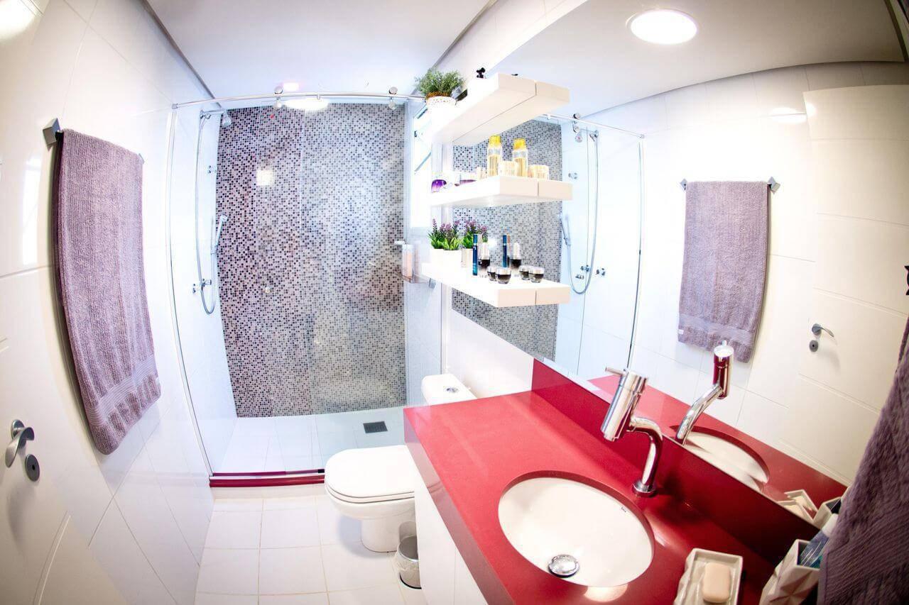 Decoração de banheiro com prateleiras acima do vaso Projeto de Inova Arquitetura
