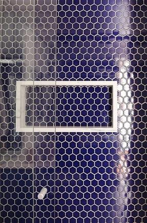Decoração de banheiro com revestimento azul e nicho branco Projeto de Estúdio Vermelho Arquitetura