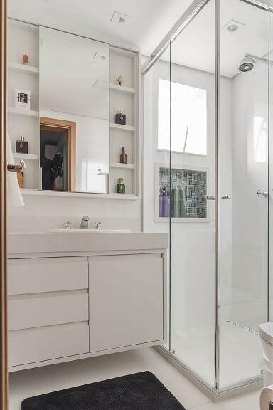 Decoração de banheiro com vários nichos aos lados do espelho um dentro do box e gabinete Projeto de Sandra Pompe