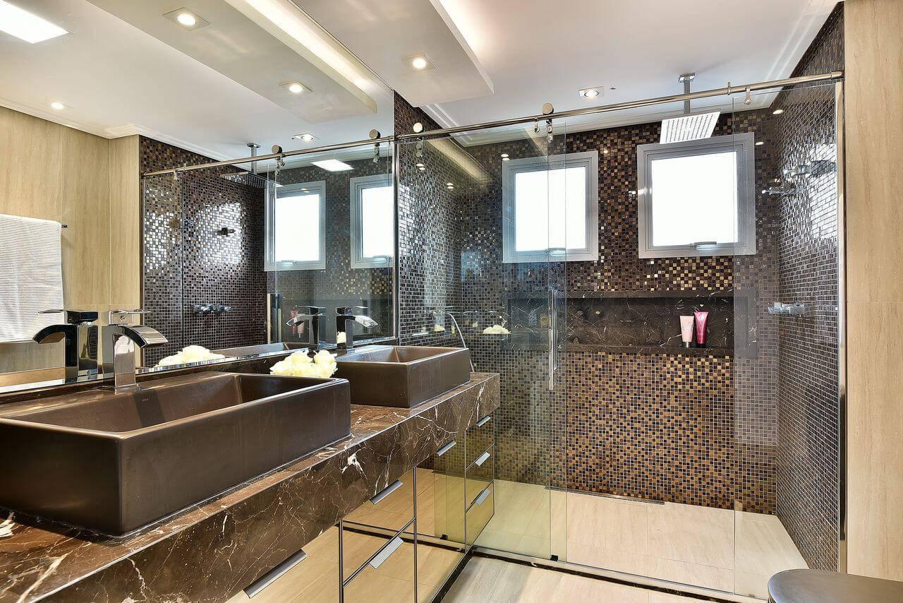 Decoração de banheiro grande com nicho e gabinete espelhado Projeto Tetriz Arquitetura