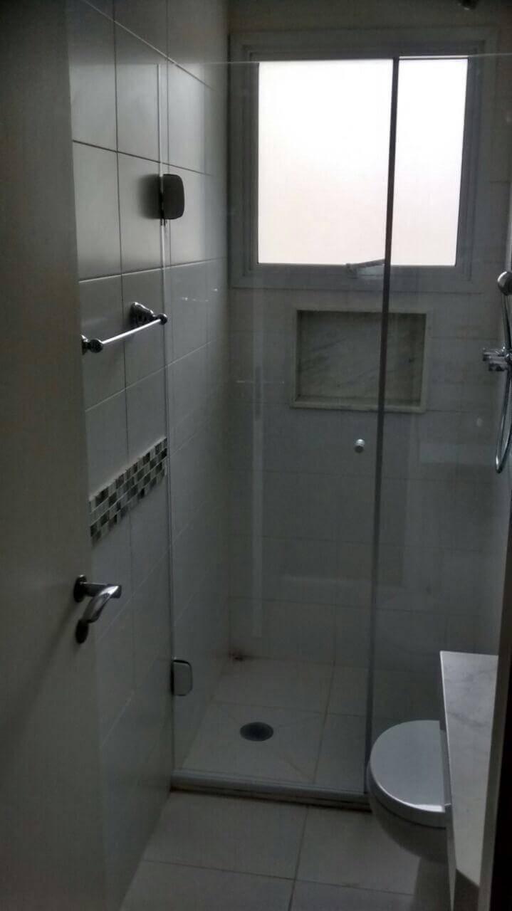 Decoração de banheiro simples com nicho dentro do box. Projeto de Margareth