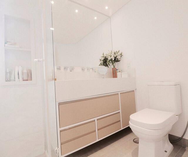 Decoração de banheiro super clean com nicho e gabinete com gavetas Projeto de Glaucio Gonçalves