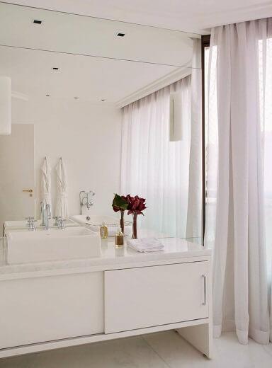 Decoração de banheiro toda em branco Projeto de Paulo Carvalho