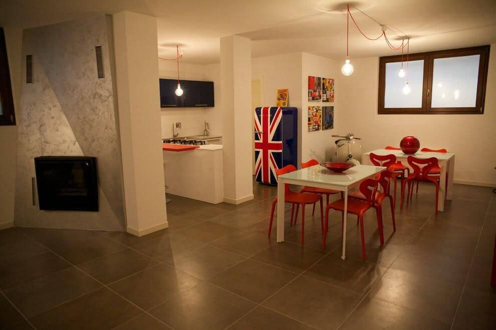 Decoração de cozinha americana com envelopamento de geladeira com a estampa da bandeira da Inglaterra Projeto de Gabriele Barotto