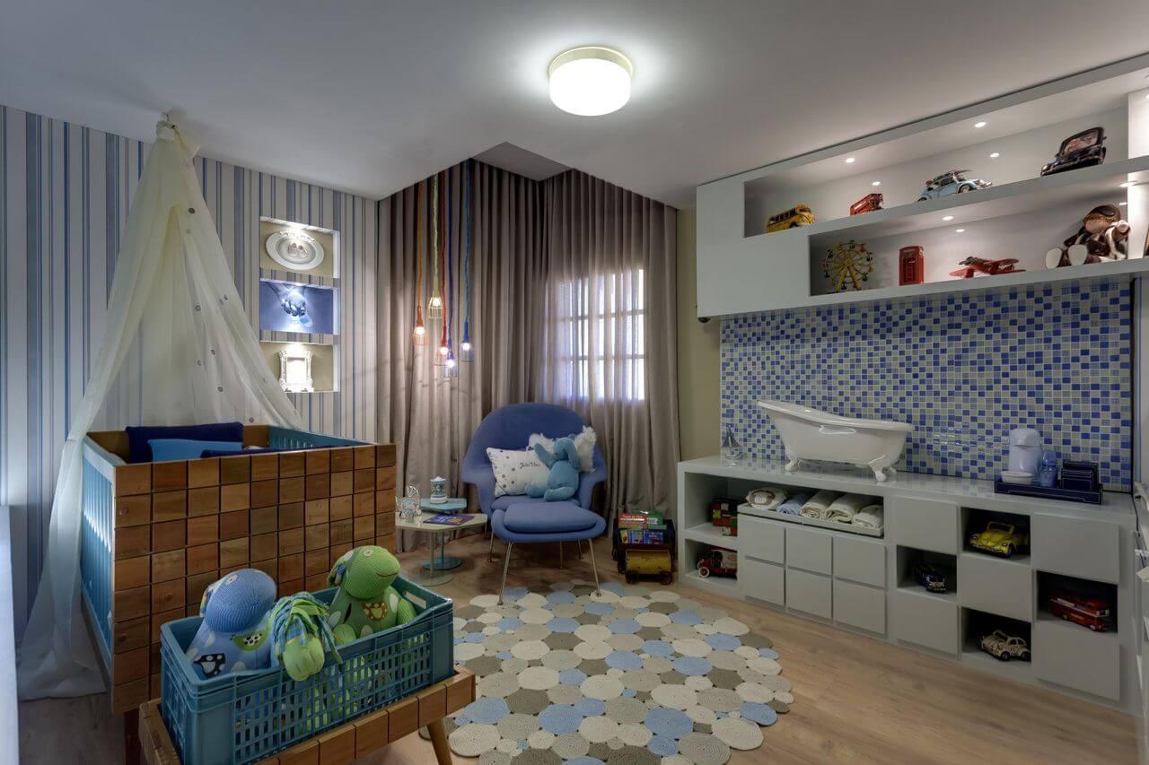 Decoração de quarto de bebê azul com iluminação aconchegante Projeto de Haus Interiores