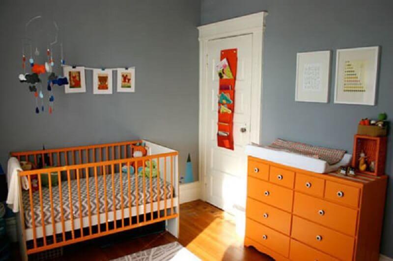 Decoração de quarto de bebê cinza e laranja