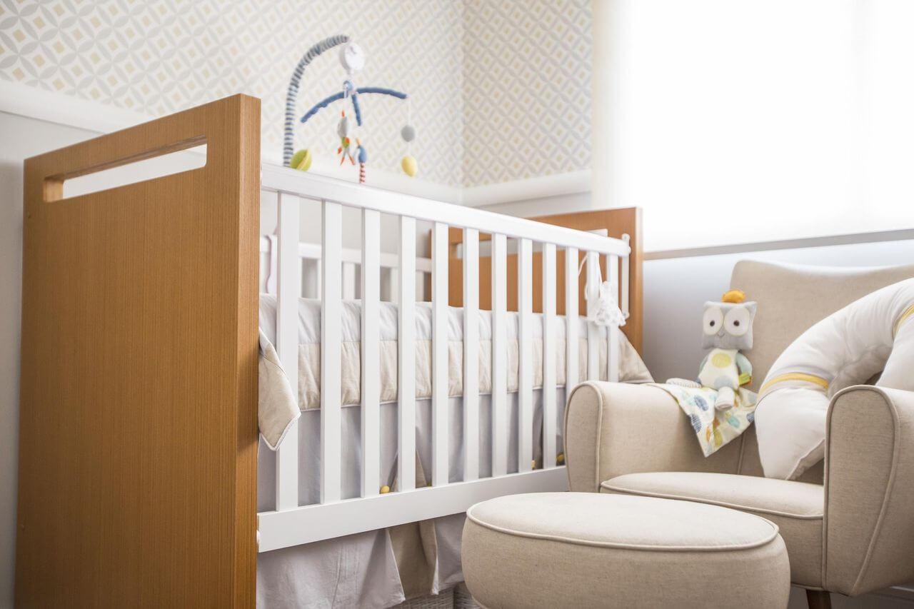 Decoração de quarto de bebê clara com detalhes de cor e madeira no berço Projeto de Investir Decor