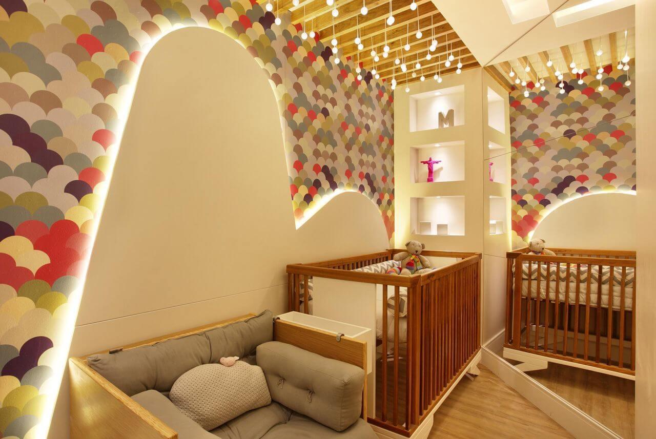 Decoração de quarto de bebê colorida com iluminações indiretas em quarto pequeno Projeto de Morar Mais Por Menos