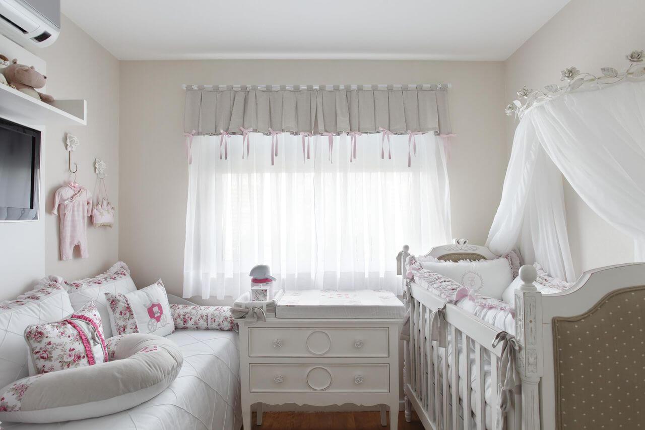 Decoração de quarto de bebê com base branca e detalhes em rosa Projeto de Leticia Araujo