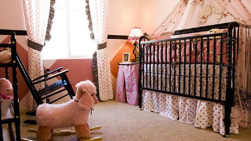 Decoração de quarto de bebê com berço na cor preta