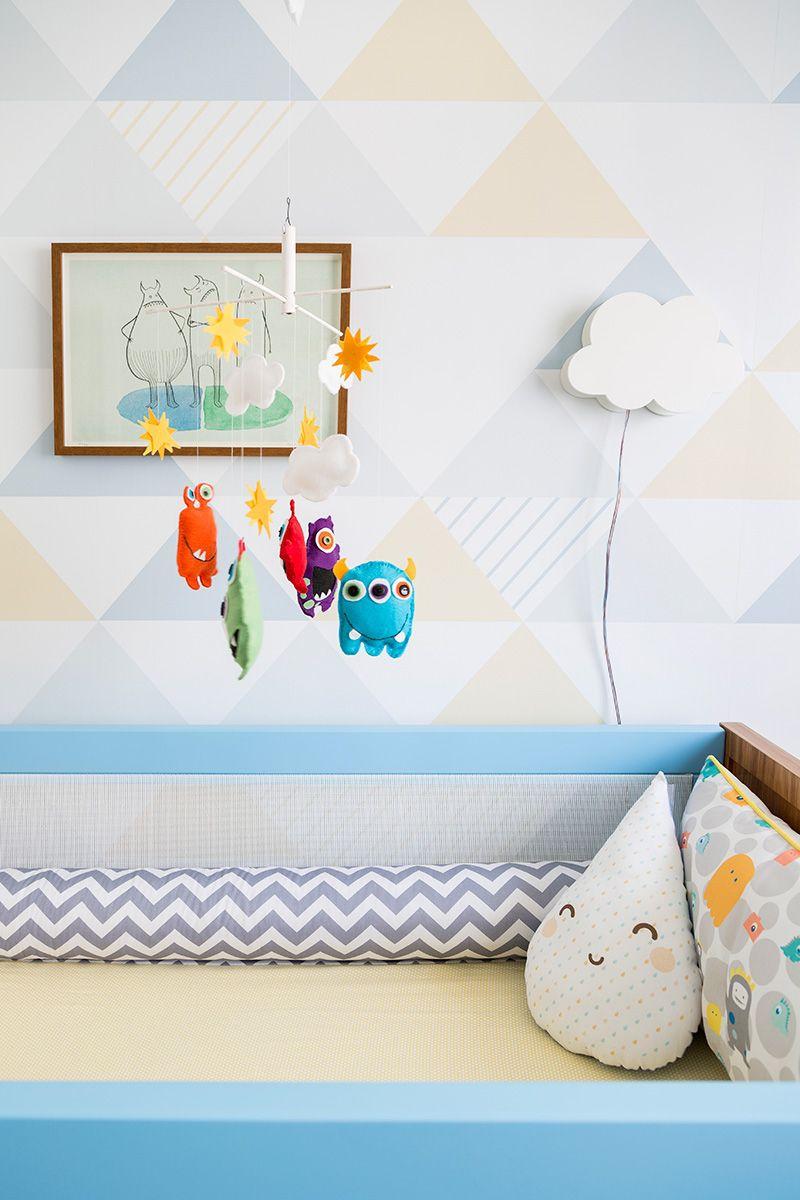 Decoração de quarto de bebê com cores suaves e detalhes mais fortes no móbile Projeto de Studio Novak