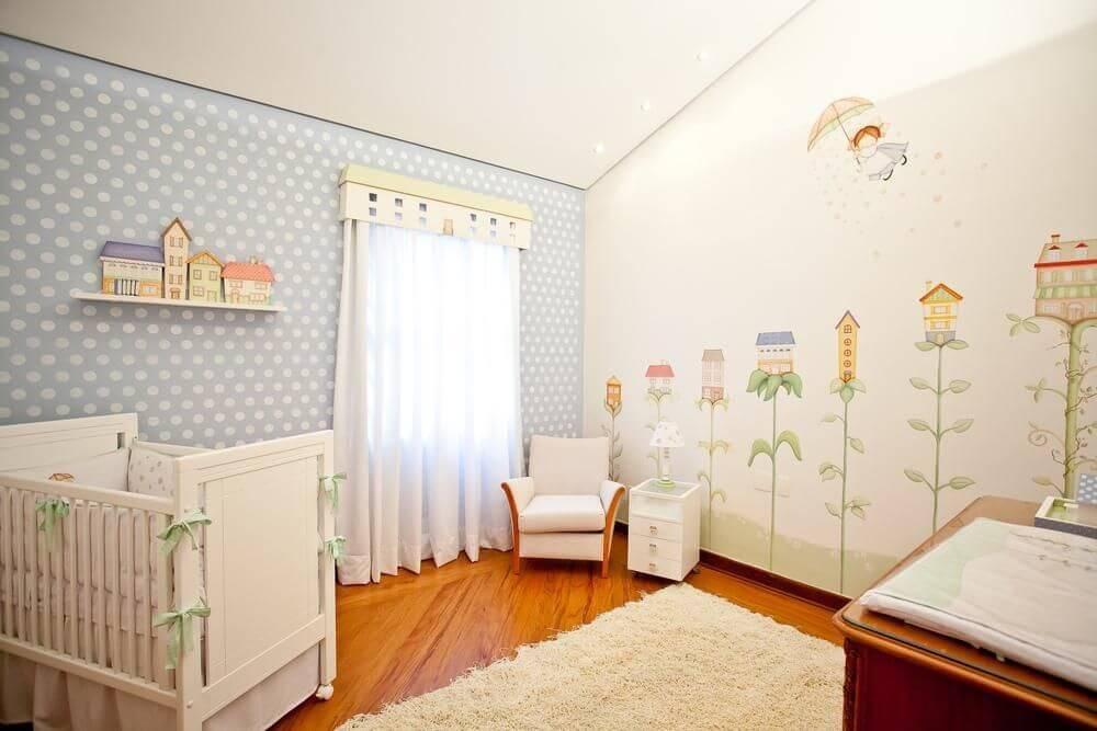 Decoração de quarto de bebê com desenhos na parede e cores suaves Projeto de Lucia Tacla