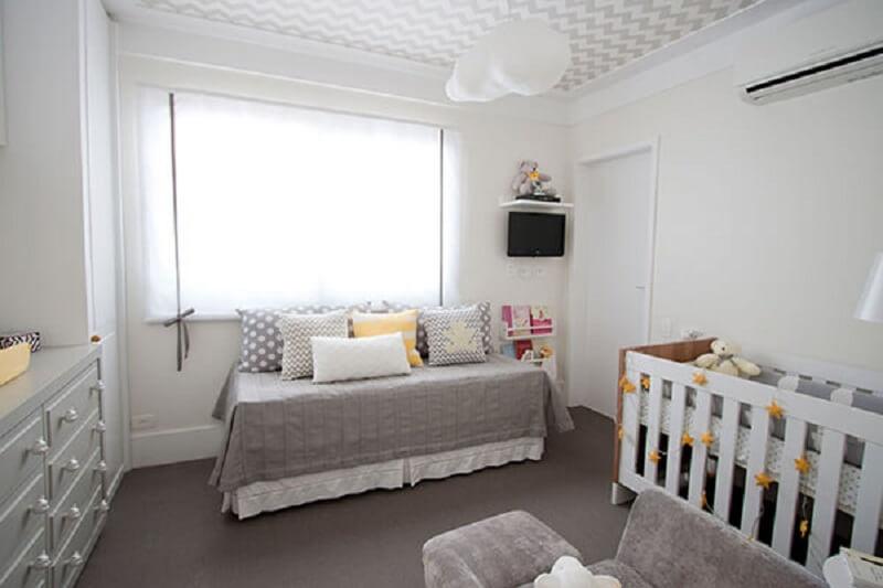 Decoração de quarto de bebê com luminária de nuvem no teto