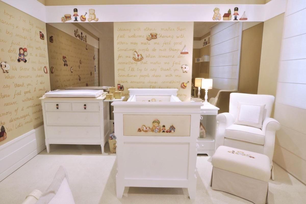 Decoração de quarto de bebê com papel de parede bege e móveis brancos Projeto de Lucia Tacla