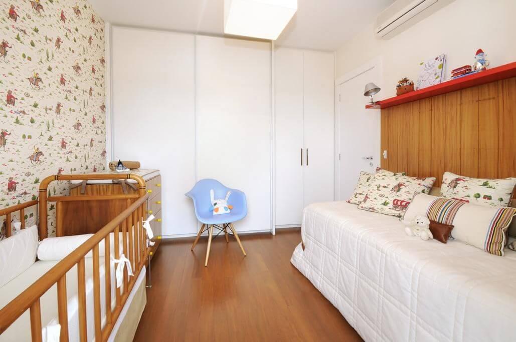 Decoração de quarto de bebê com papel de parede e decoração seguindo a paleta de cores do mesmo Projeto de Coutinho Vilela