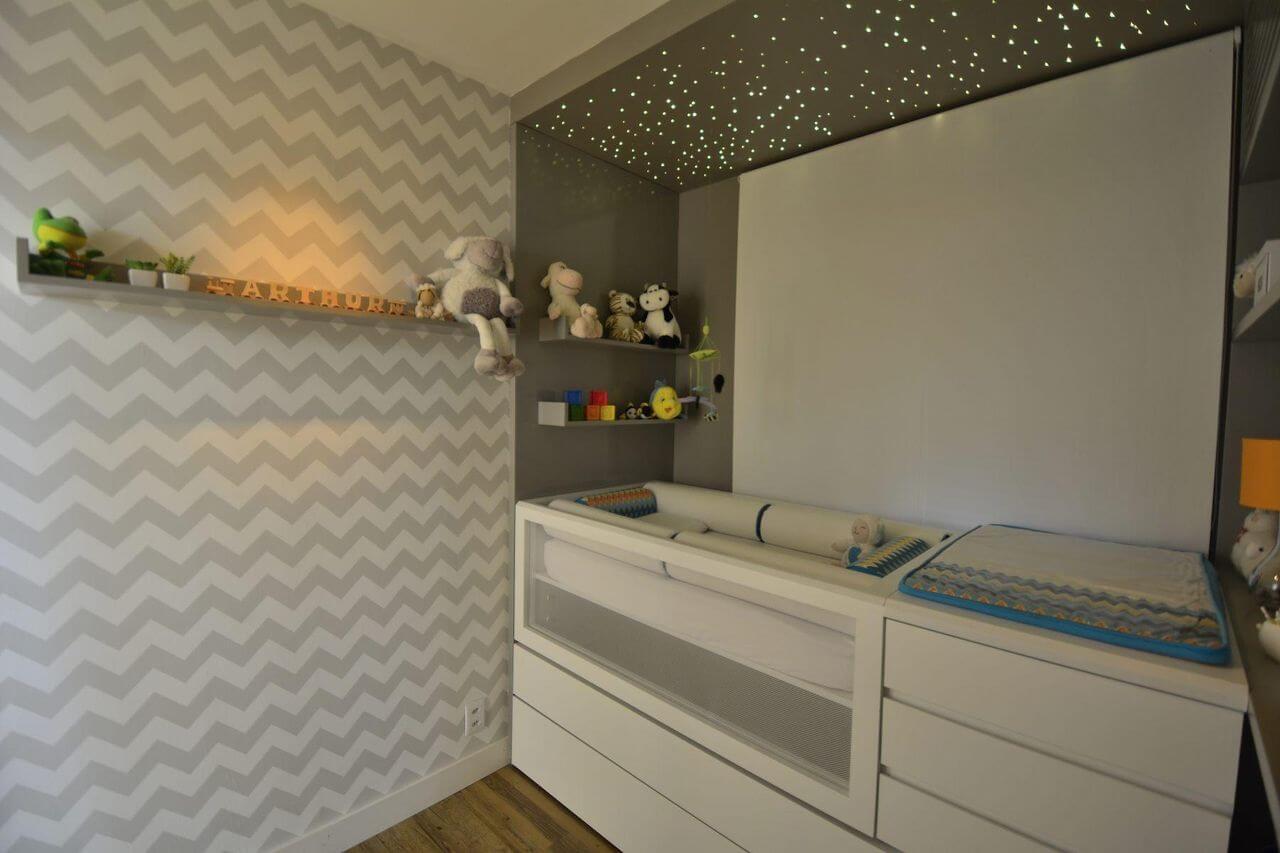 Decoração de quarto de bebê com predomínio de cinza e teto com iluminação que imita o céu estrelado Projeto de Maira Schaeffer