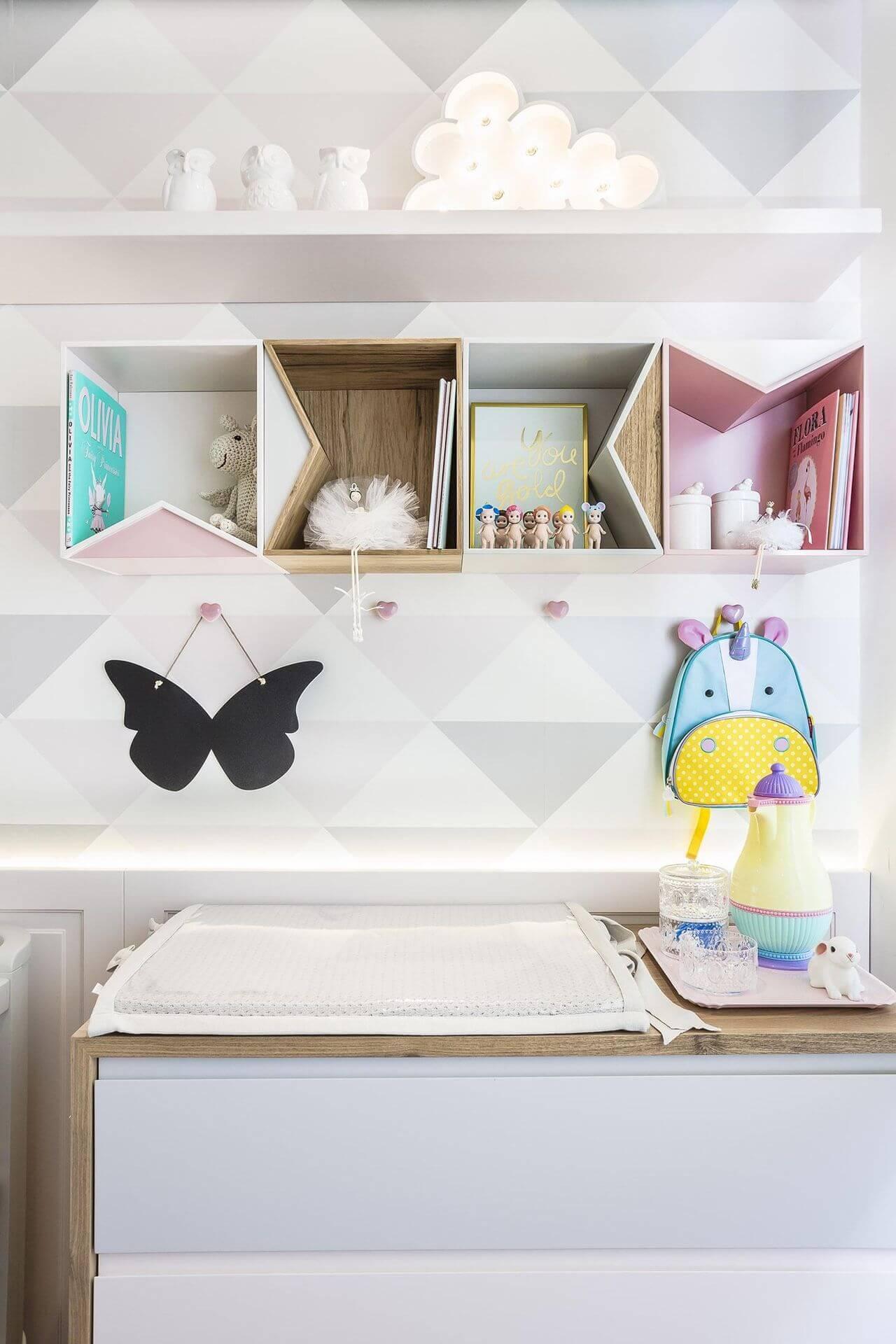 Decoração de quarto de bebê em branco, cinza e rosa claro Projeto de Figueiredo Fischer
