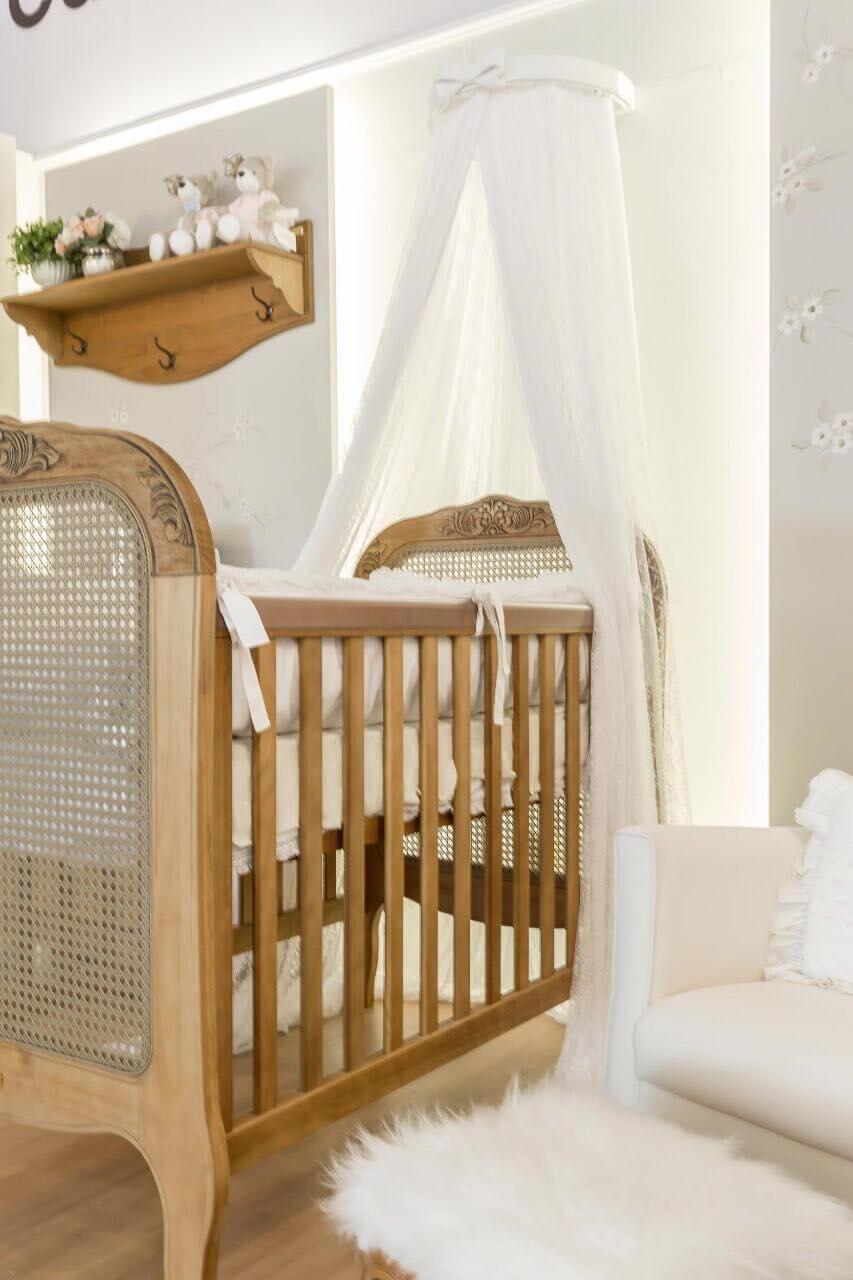 Decoração de quarto de bebê em madeira e tons neutros Projeto de Larissa Franco Arquitetura