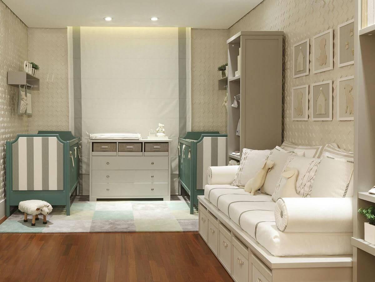 Decoração de quarto de bebê em tons neutros e beços verdes Projeto de Triplex Arquitetura