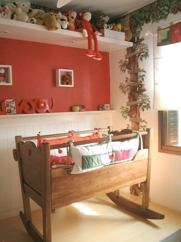 Decoração de quarto de bebê em vermelho com berço retrô Projeto de Le Saldanha