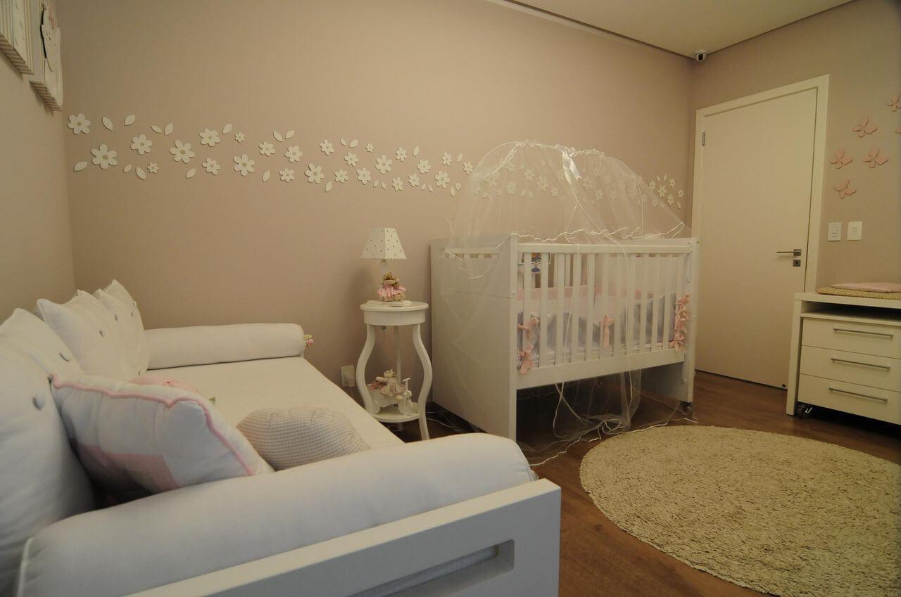 Decoração de quarto de bebê feminino em tons neutros e rosa nos detalhes Projeto de Giovanna Brigatti