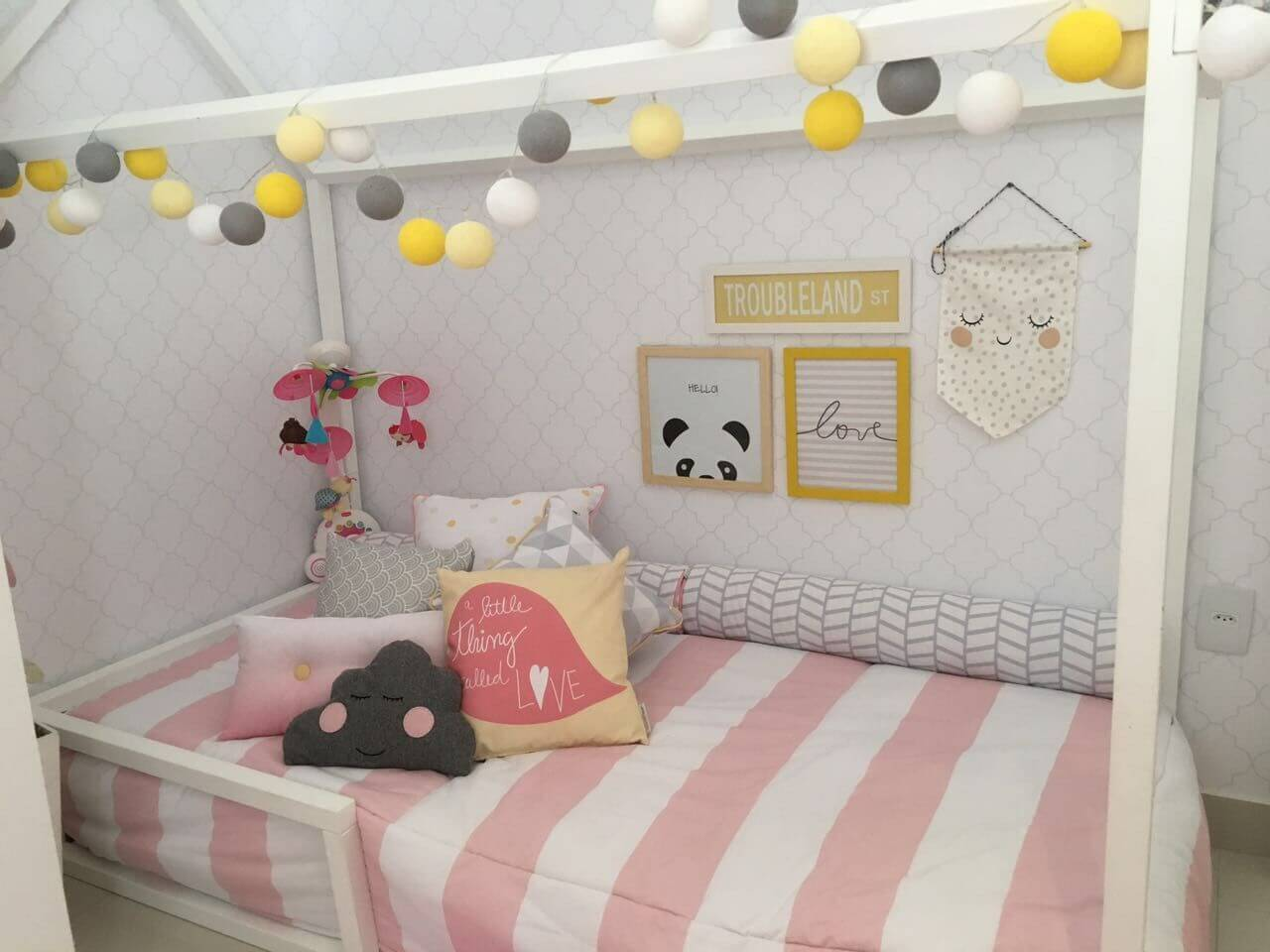 Decoração de quarto de bebê no estilo montessoriano em rosa, branco e cinza Projeto de Arq Express
