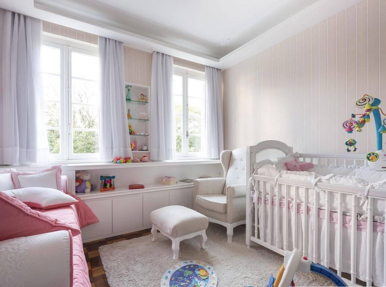 Decoração de quarto de bebêcom bastante luz natural e predomínio de cores neutras com toques de cor Projeto de Kali Arquitetura