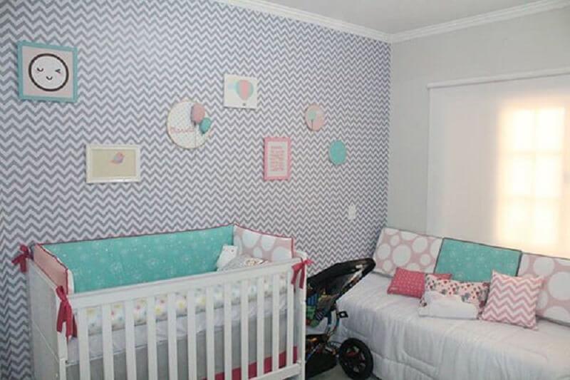 Decoração de quarto de bebe com papel de parede chevron