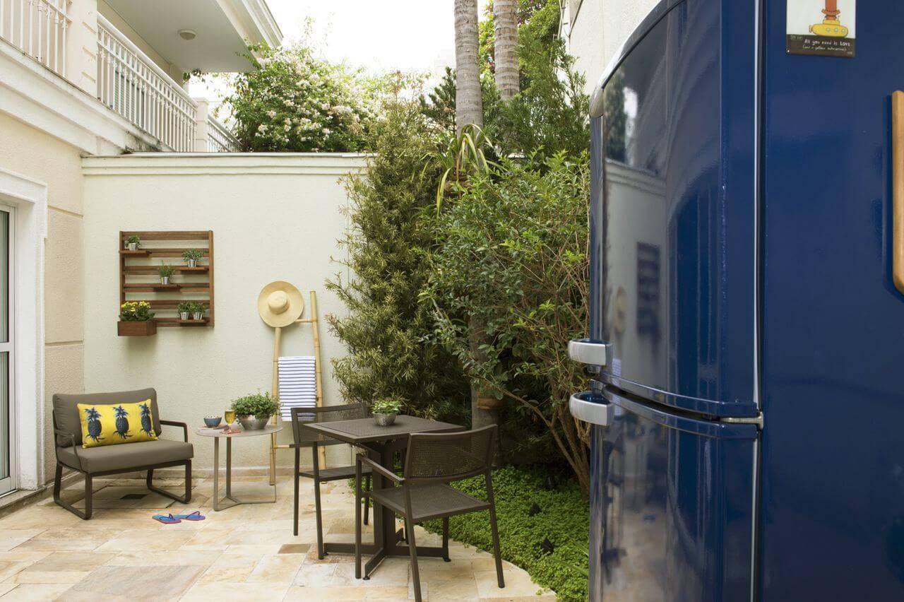 Decoração de quintalcom envelopamento de geladeira na cor azul Projeto Cristina Lembi
