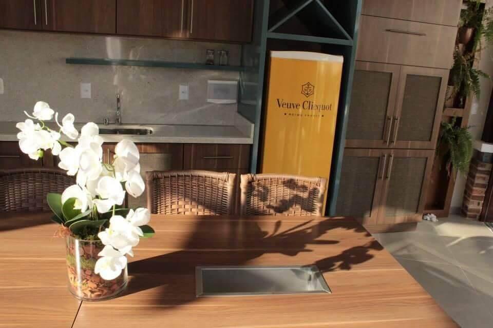Decoração de varanda gourmet com envelopamento de geladeira com estampa da Veuve Cliquot Projeto de Graziela Von Muhlen