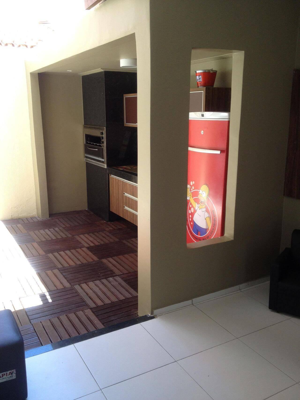 Decoração de varanda gourmet com envelopamento de geladeira com estampa do Homer Simpson Projeto Amaury Jr