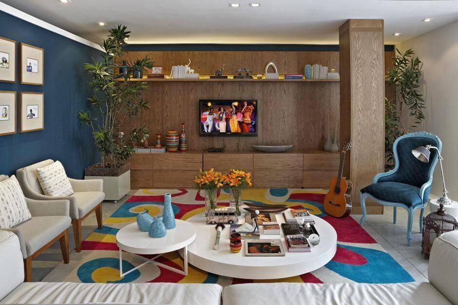 Decoração ousada com tapetes para sala colorido em ambiente colorido Projeto de Gabriele Luiz