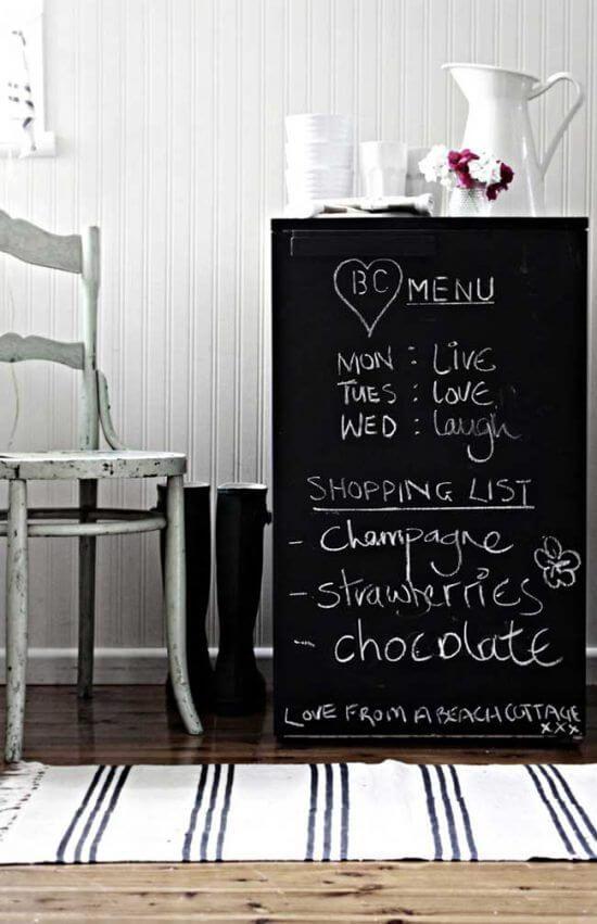 Envelopamento de geladeira com adesivo lousa permite que frases e desenhos sejam criados no eletrodoméstico. Fonte: Pinterest