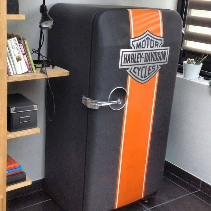 Envelopamento de geladeira com as cores e brasão da Harley Davidson
