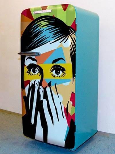 Envelopamento de geladeira com estampa artística e cor sólida