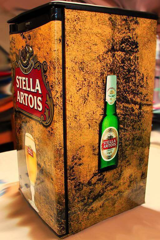 Envelopamento de geladeira com estampa da Stella Artois
