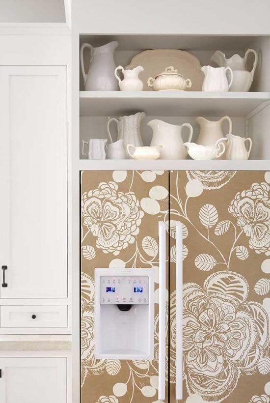Envelopamento de geladeira com estampa floral traz delicadeza para a decoração. Fonte Pinterest