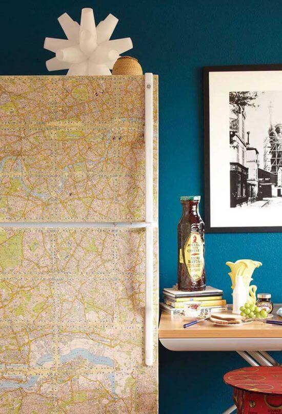 Envelopamento de geladeira feito com mapa. Fonte: Pinterest