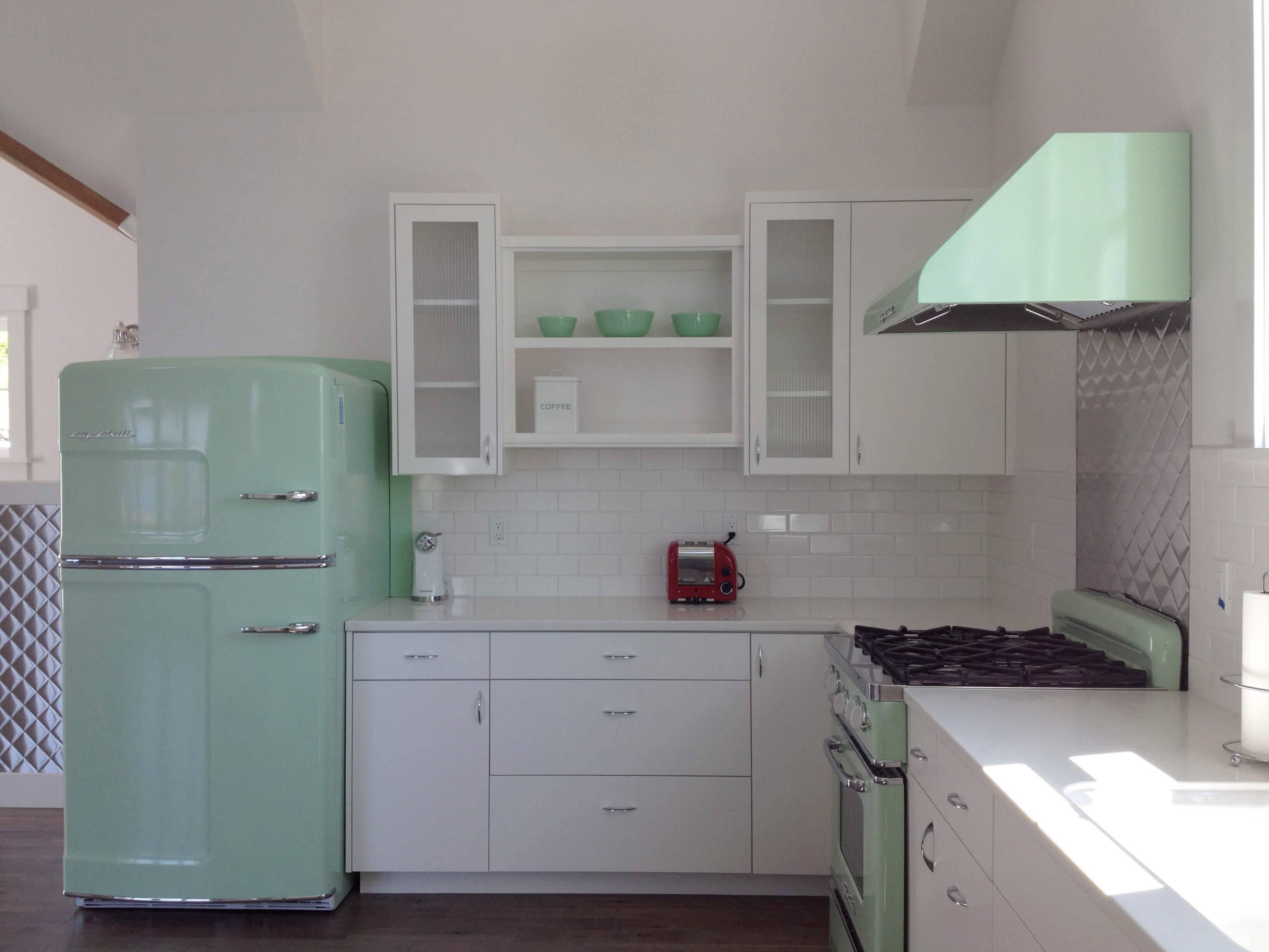 Envelopamento de geladeira na cor verde água combinando com o restante da decoração