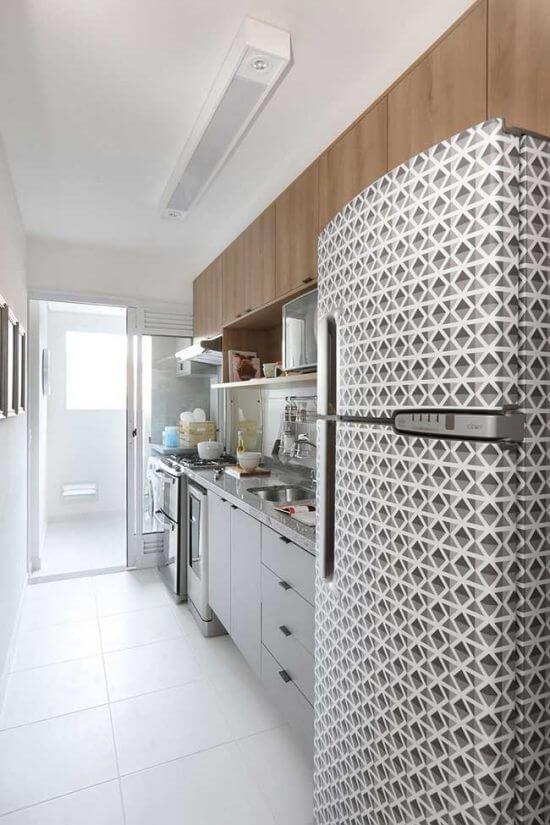 Envelopamento de geladeira para cozinha moderna. Fonte: Pinterest