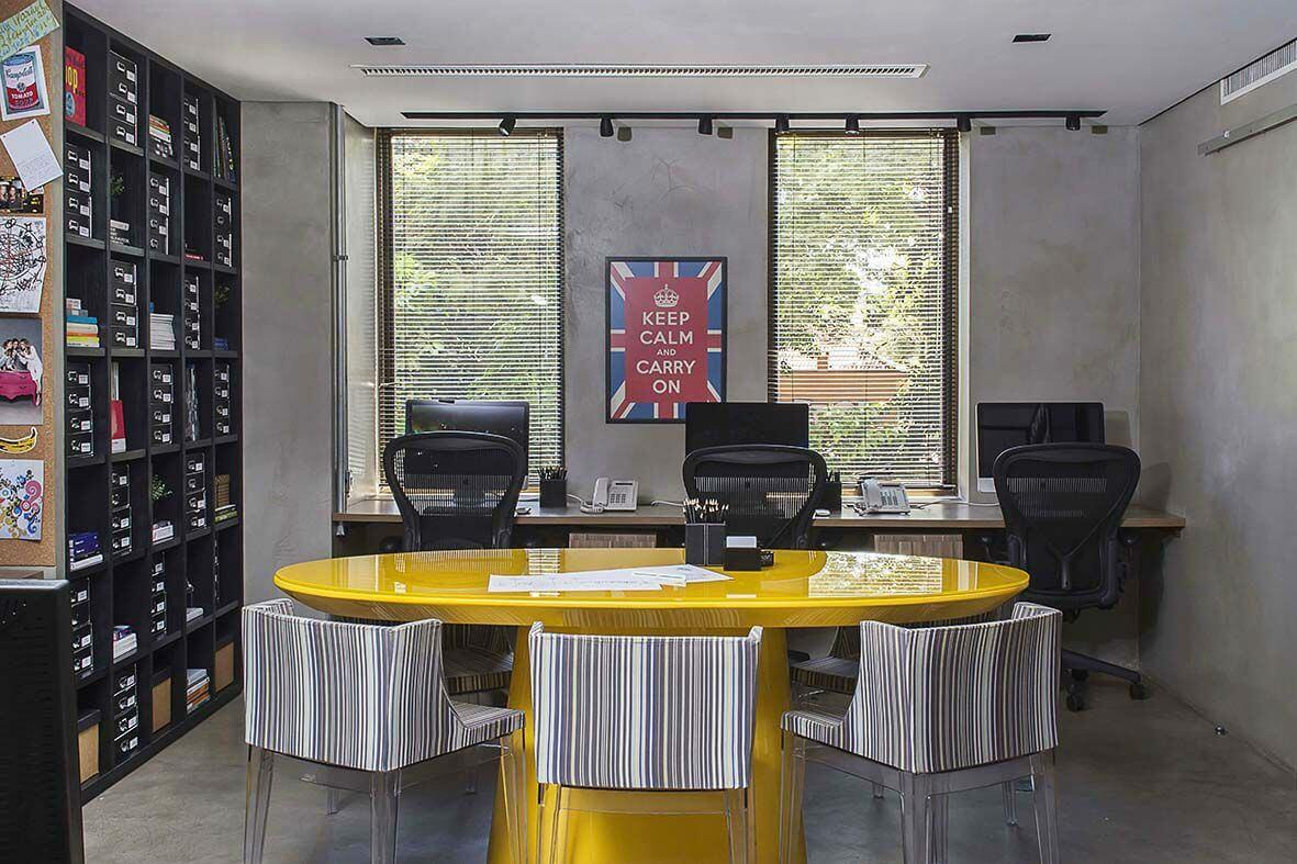 Escritório com piso de cimento queimado Projeto de Triplex Arquitetura